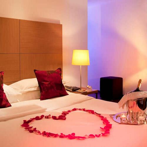 Petales De Roses Decoration Et Arts De La Table Idees Romantiques